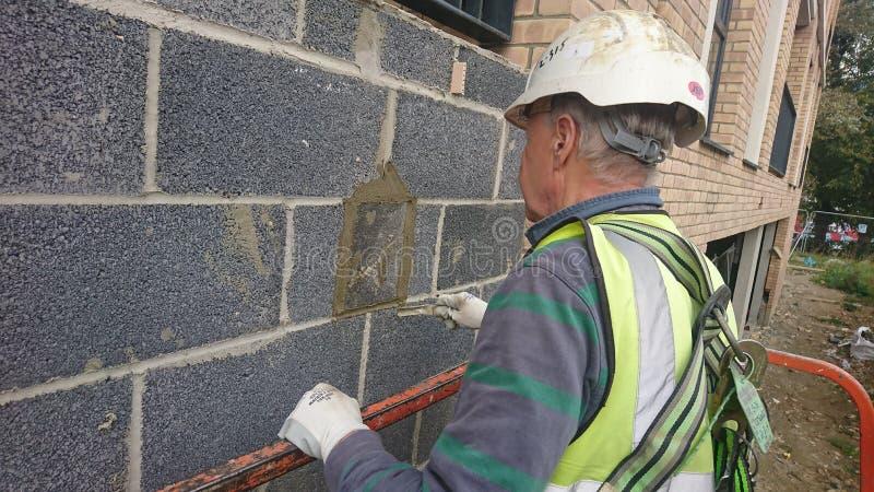 Londres R-U 27 09 2017 Un maçon travaillant à un bâtiment d'une récolteuse de cerise photos stock