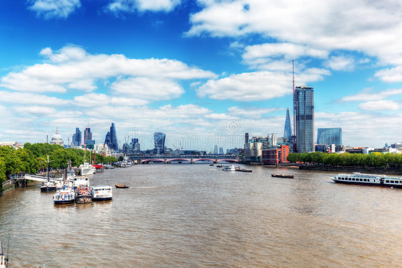 Londres, R-U Vue sur la cathédrale de la Tamise et de St Paul, la ville photographie stock libre de droits