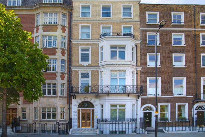 Londres, Reino Unido Ária residencial de Kensington e de Chelsea Porta de Cadogan com fileira de construções periódicas Suporte l fotografia de stock royalty free