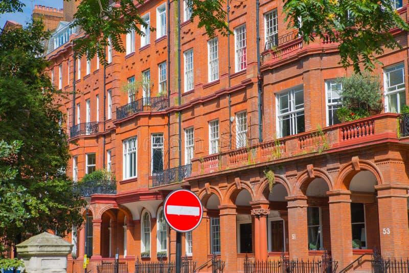 Londres, Reino Unido Ária residencial de Kensington e de Chelsea Porta de Cadogan com fileira de construções periódicas Suporte l fotos de stock