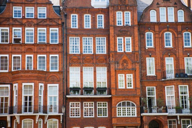 Londres, Reino Unido Ária residencial de Kensington e de Chelsea Porta de Cadogan com fileira de construções periódicas Suporte l fotografia de stock