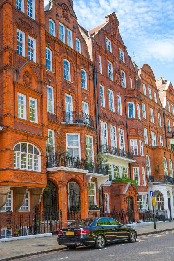 Londres, Reino Unido Ária residencial de Kensington e de Chelsea Porta de Cadogan com fileira de construções periódicas Suporte l imagens de stock