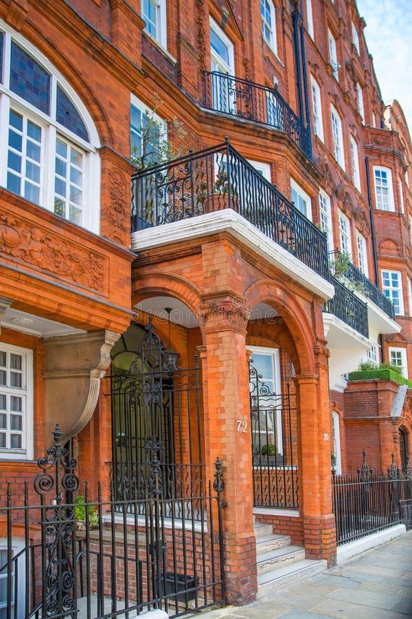 Londres, Reino Unido Ária residencial de Kensington e de Chelsea Porta de Cadogan com fileira de construções periódicas Suporte l foto de stock