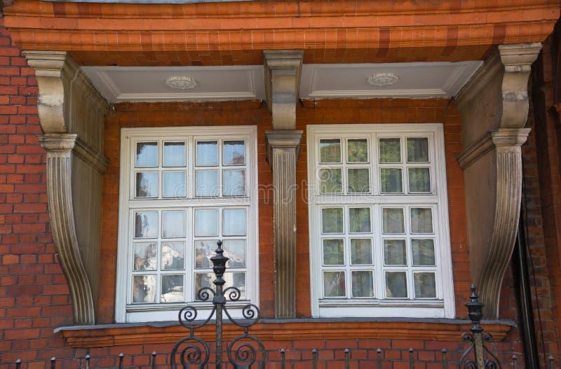 Londres, Reino Unido Ária residencial de Kensington e de Chelsea Porta de Cadogan com fileira de construções periódicas Suporte l imagem de stock