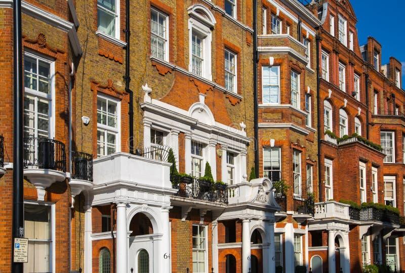 Londres, Reino Unido Ária residencial de Kensington e de Chelsea Porta de Cadogan com fileira de construções periódicas Suporte l imagens de stock royalty free