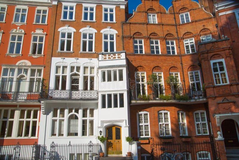 Londres, Reino Unido Ária residencial de Kensington e de Chelsea Porta de Cadogan com fileira de construções periódicas Suporte l fotos de stock royalty free