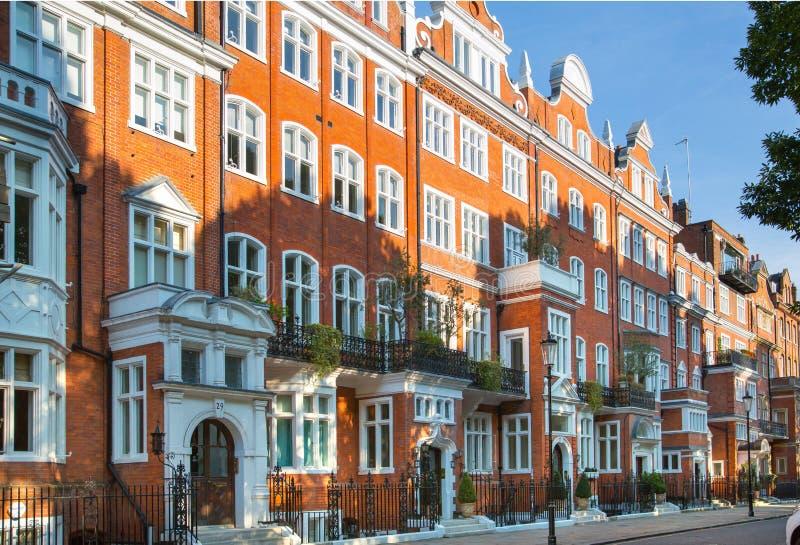Londres, Reino Unido Ária residencial de Kensington e de Chelsea Porta de Cadogan com fileira de construções periódicas Suporte l imagem de stock royalty free