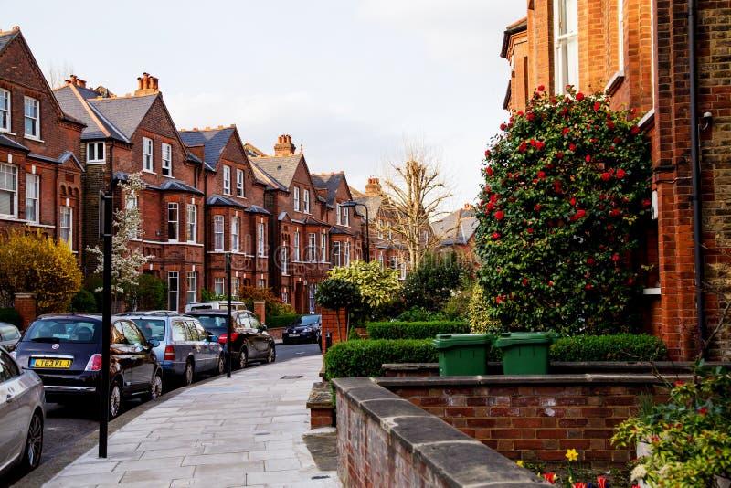 LONDRES, Reino Unido - abril, 13: Fila de las casas de los ladrillos rojos en Londres foto de archivo