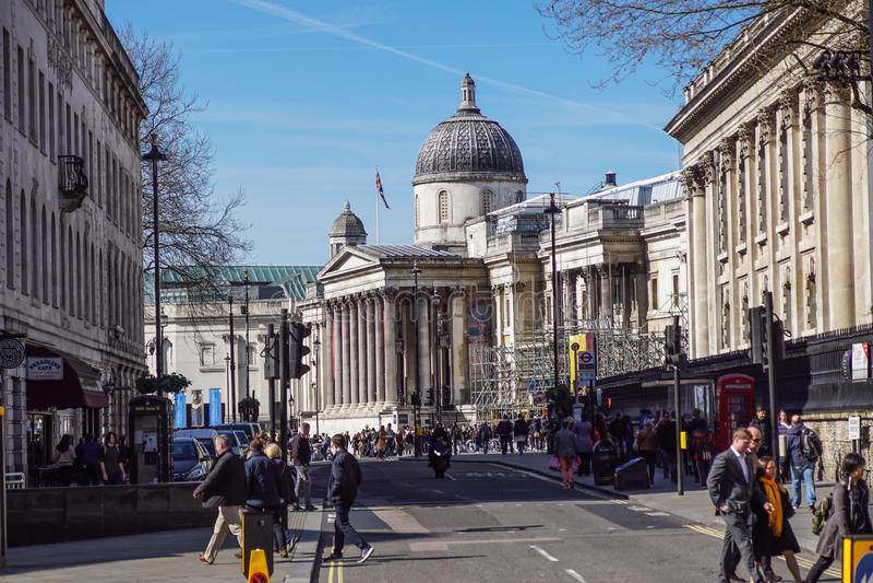LONDRES, REINO UNIDO - ARIL 2017: Turistas em Trafalgar Square na frente do National Gallery HDR imagens de stock royalty free