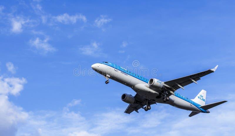 LONDRES, REINO UNIDO: CIRCA 2015: Avión de pasajeros de KLM Embraer ERJ-190 foto de archivo