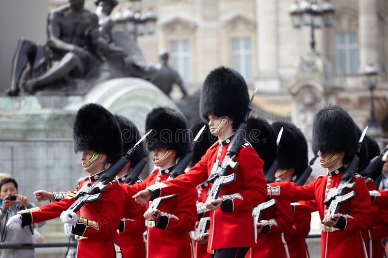 Londres, Reino Unido - 16 de abril de 2011: Cambio de la ceremonia real del guardia foto de archivo