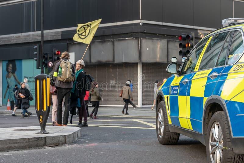 Londres, Reino Unido - 15 de abril de 2019: Carro da polícia estacionado na rua de Oxford Os militantes da rebelião da extinç imagens de stock royalty free