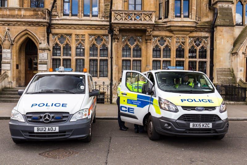 Londres, Reino Unido - 1º de abril de 2017: Carro de duas polícias fora de St Marga fotografia de stock