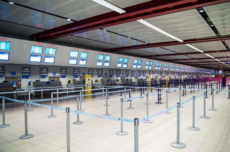 LONDRES, REINO UNIDO - 12 de abril de 2015: El interior con enregistramiento vacío alinea en el aeropuerto de Luton en Londres fotos de archivo libres de regalías