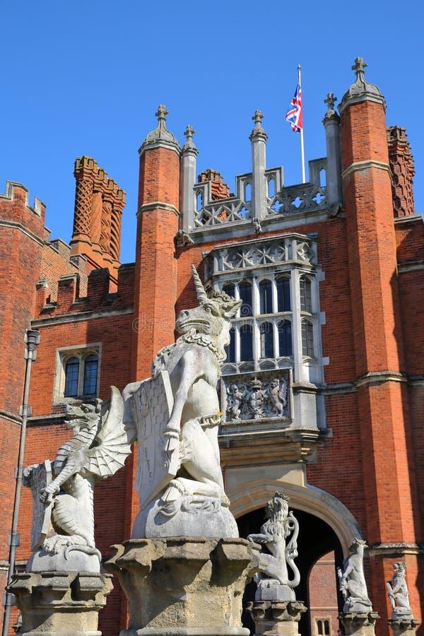 LONDRES, REINO UNIDO - 9 DE ABRIL DE 2017: La entrada delantera y principal del oeste de Hampton Court Palace en el sudoeste Lond fotos de archivo