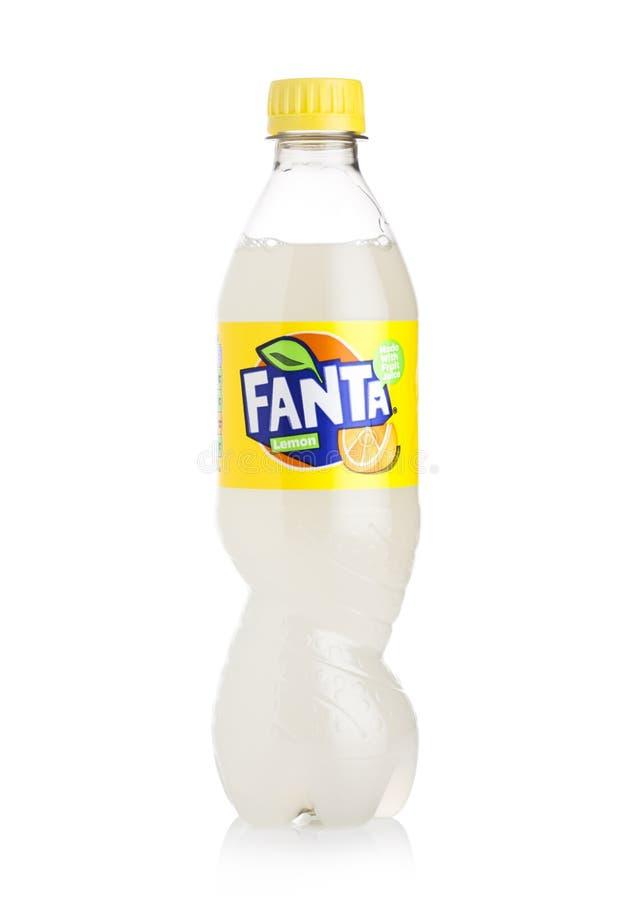 LONDRES, REINO UNIDO - 27 DE ABRIL DE 2018: Garrafa plástica do refresco de Fanta Lemon no fundo branco fotografia de stock royalty free
