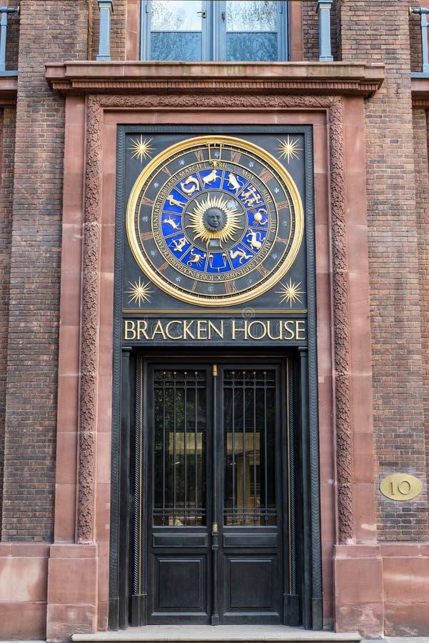 LONDRES, REINO UNIDO - 1 DE ABRIL DE 2019: Reloj de la casa del helecho, reloj del a?o astron?mico en calle del ca??n fotografía de archivo