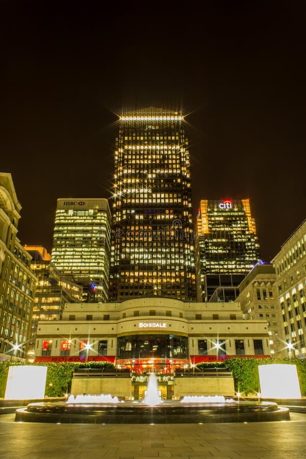 Londres, Londres/Reino Unido - 25 de abril de 2011: Una exposición larga de la noche del distrito financiero de Canary Wharf fotografía de archivo
