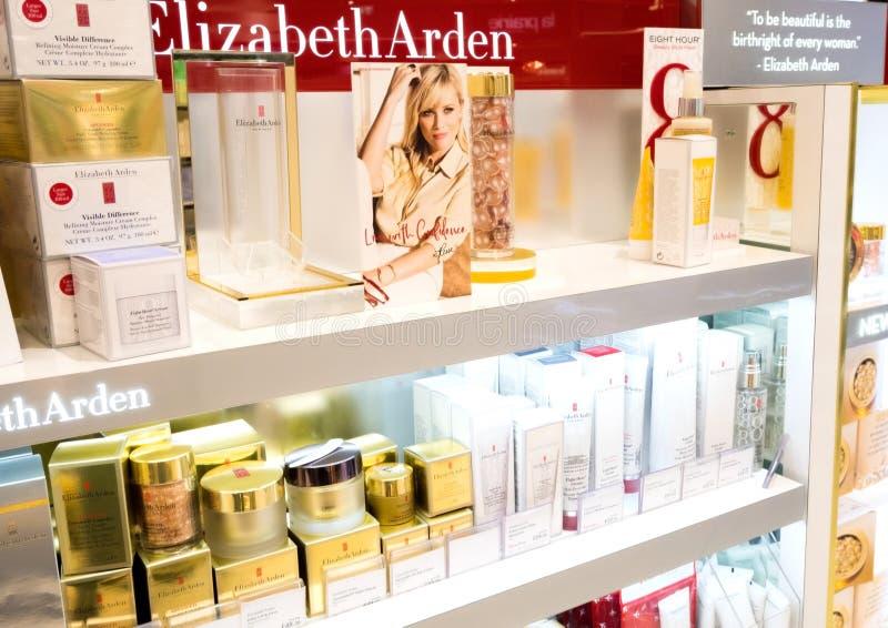 LONDRES, REINO UNIDO - 31 DE AGOSTO DE 2018: Coleção luxuosa da composição do perfume e do cosmético de Elizabeth Arden na loja d imagens de stock