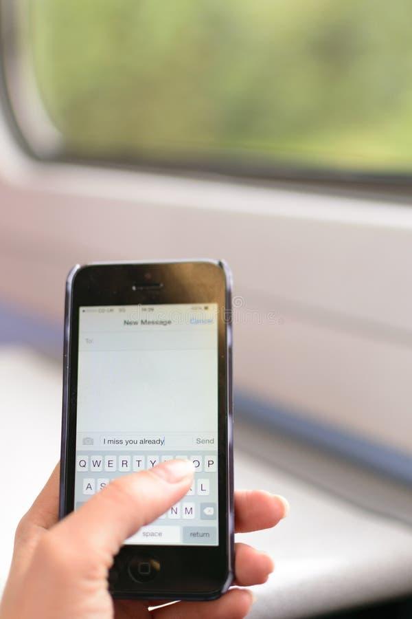 Londres, Reino Unido - 31 de agosto de 2016: La mano de la mujer sostiene un Iphone foto de archivo libre de regalías