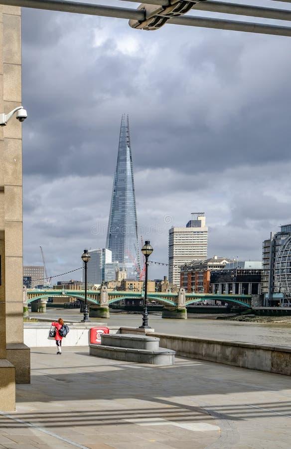 Londres, Reino Unido - 3 de agosto de 2017: Visión a través del río fotos de archivo