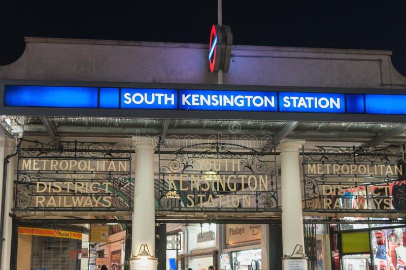 Londres, Reino Unido - 20 de agosto de 2019: Entrada histórica subterrânea da estação South Kensington à noite imagem de stock royalty free