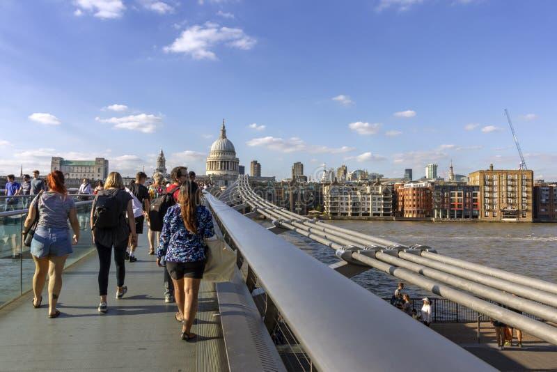 LONDRES, REINO UNIDO - 2 DE AGOSTO DE 2018: Povos na ponte famosa do milênio fotografia de stock