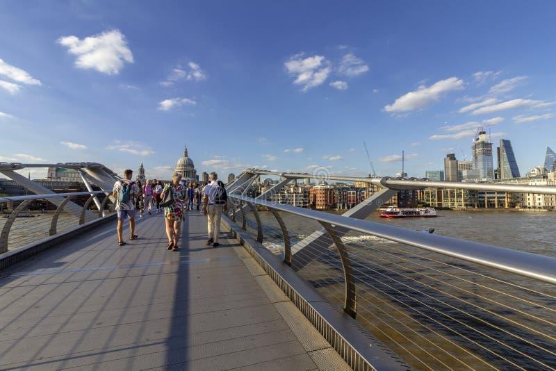 LONDRES, REINO UNIDO - 2 DE AGOSTO DE 2018: Povos na ponte famosa do milênio fotos de stock royalty free