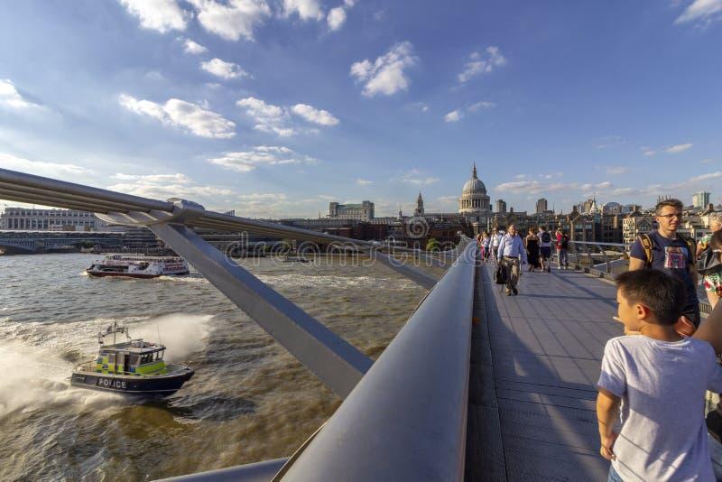 LONDRES, REINO UNIDO - 2 DE AGOSTO DE 2018: Povos na ponte famosa do milênio imagens de stock royalty free