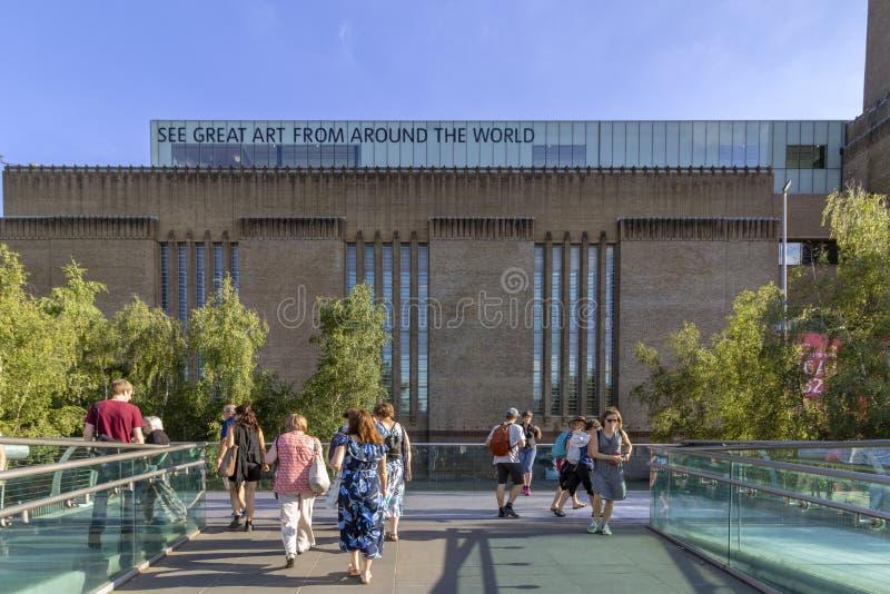 LONDRES, REINO UNIDO - 2 DE AGOSTO DE 2018: Povos na ponte famosa do milênio, whit a galeria de arte de Tate Modern no fundo foto de stock