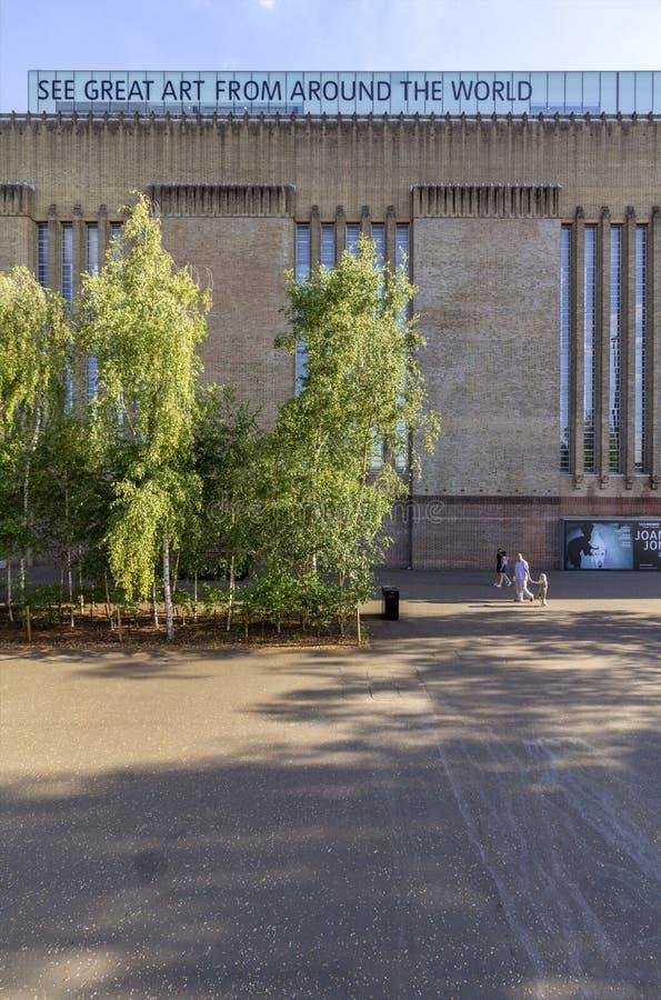 LONDRES, REINO UNIDO - 2 DE AGOSTO DE 2018: Povos na ponte famosa do milênio, whit a galeria de arte de Tate Modern no fundo imagens de stock