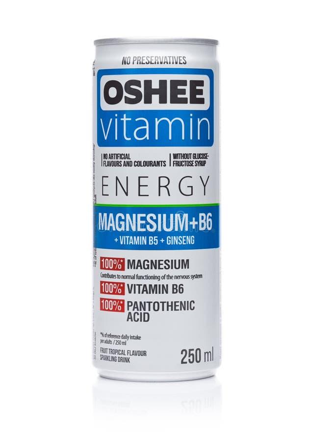 LONDRES, REINO UNIDO - 7 DE DEZEMBRO DE 2017: Uma garrafa da bebida da soda da vitamina de Oshee no branco O OSHEE Empresa é como foto de stock royalty free