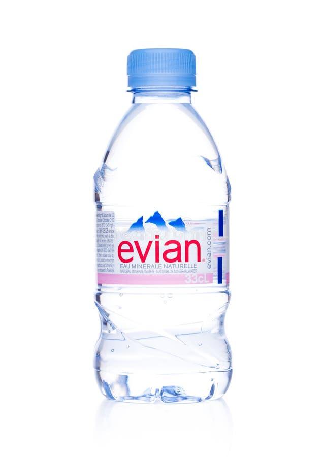 LONDRES, REINO UNIDO - 7 DE DICIEMBRE DE 2017: Botella de agua mineral natural de Evian en un blanco Hecho en Francia imágenes de archivo libres de regalías