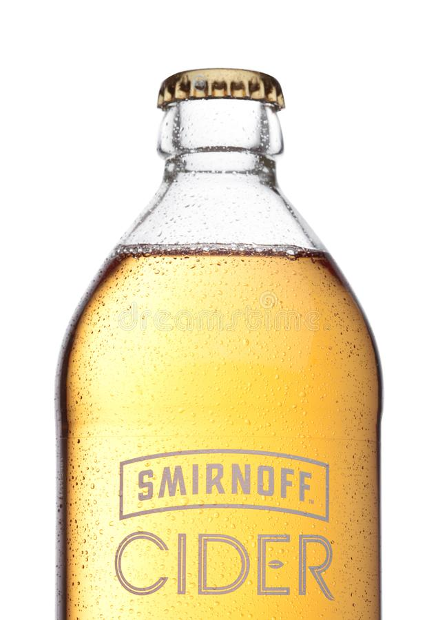 LONDRES, REINO UNIDO - 7 DE DICIEMBRE DE 2017: Botella de sidra de Smirnoff en blanco Establecido hacia 1860 Poseído y producido  fotos de archivo libres de regalías
