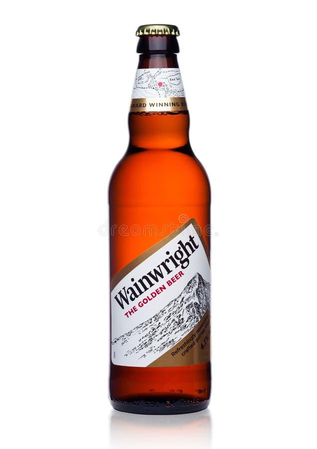 LONDRES, REINO UNIDO - 10 DE ENERO DE 2018: Botella fría de cerveza de oro de Wainwright en blanco imágenes de archivo libres de regalías