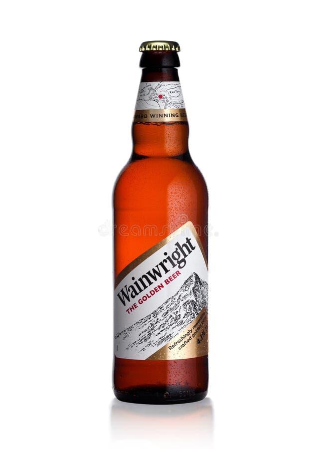 LONDRES, REINO UNIDO - 10 DE ENERO DE 2018: Botella fría de cerveza de oro de Wainwright en blanco fotos de archivo