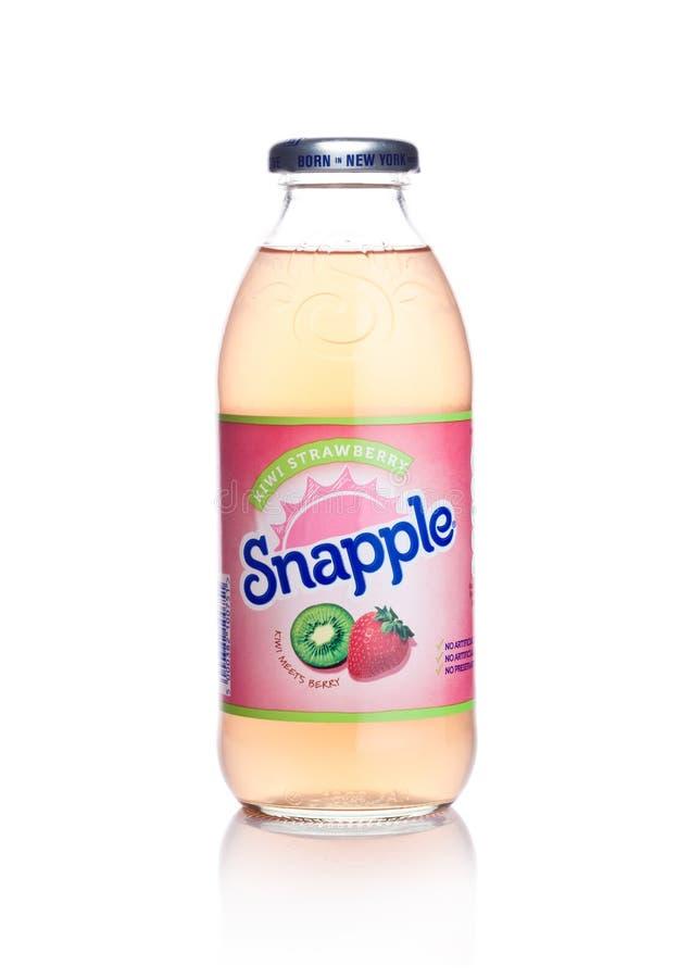 LONDRES, REINO UNIDO - 2 DE ENERO DE 2018: Botella de jugo del kiwi de Snapple en blanco Snapple es un producto del Dr. Pepper Sn imagen de archivo libre de regalías
