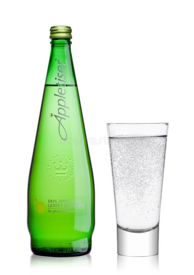LONDRES, REINO UNIDO - 2 DE ENERO DE 2018: Botella y vidrio de la bebida suavemente chispeante del zumo de manzana de Appletiser  imagenes de archivo