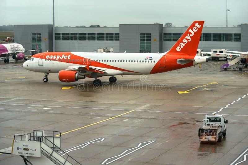 Londres, Reino Unido - 5 de febrero de 2019: Easyjet Airbus esperas de A 320 - 214 en el aeropuerto de LTN el jet fácil, es un br fotografía de archivo