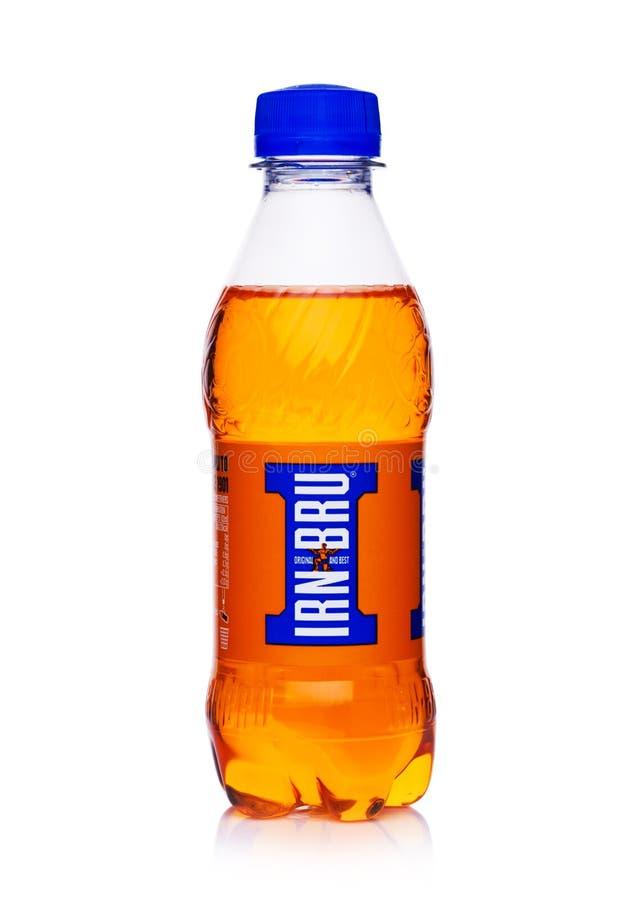 LONDRES, REINO UNIDO - 14 DE FEBRERO DE 2018: Pequeña botella plástica de refresco anaranjado de IRN BRU en blanco imagen de archivo