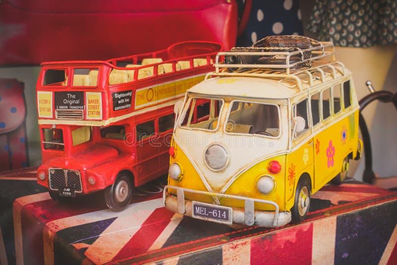 Londres, Reino Unido - 26 de fevereiro de 2014: Modelos do carro do vintage na loja w fotos de stock