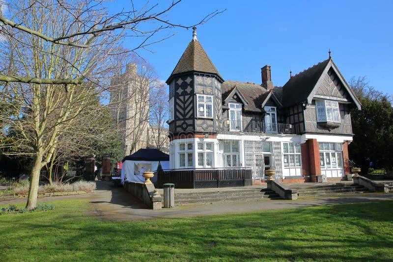 LONDRES, REINO UNIDO - 18 DE FEVEREIRO DE 2018: O banco do ` s de Pryor, uma casa gótico em Fulham, bispos estaciona, cidade de H foto de stock