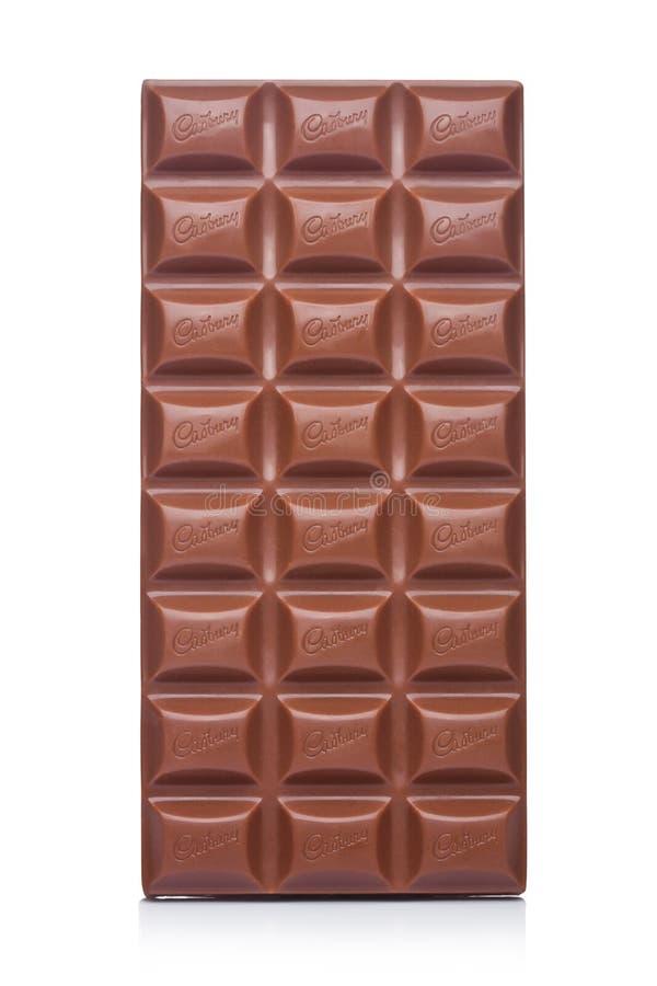 LONDRES, REINO UNIDO - 10 DE JANEIRO DE 2018: Barra de chocolate do leite de Cadbury no branco Cadbury é empresa multinacional br imagem de stock royalty free