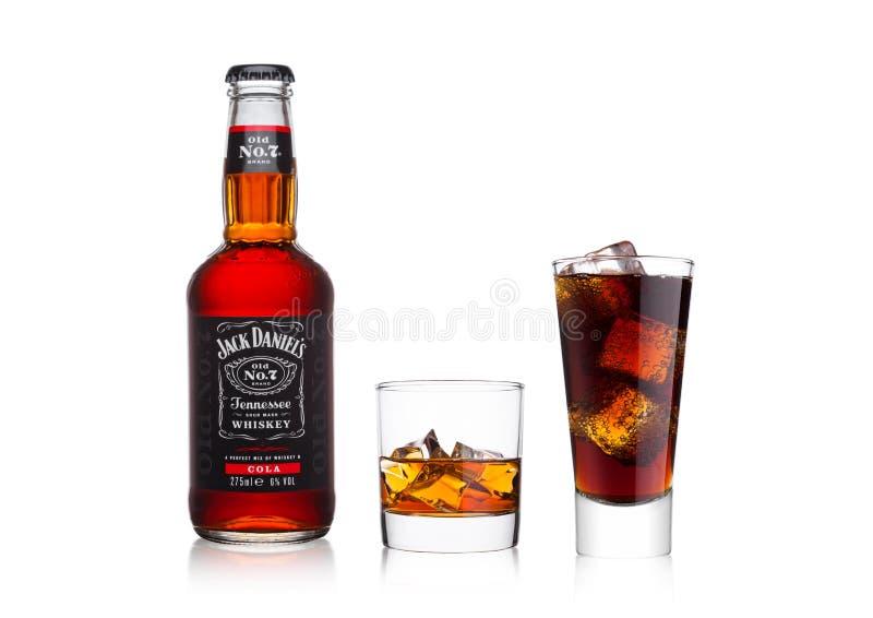 LONDRES, REINO UNIDO - 20 DE JANEIRO DE 2018: A garrafa do ` s de Jack Daniel e da cola misturou com o vidro e a cola do uísque n foto de stock