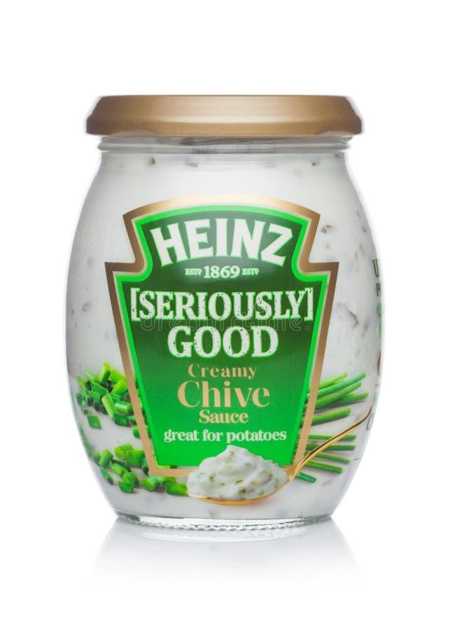 LONDRES, REINO UNIDO - 24 DE JANEIRO DE 2018: Um frasco de vidro do molho cremoso do cebolinha de Heinz Seriously Good no branco foto de stock royalty free