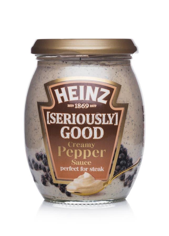LONDRES, REINO UNIDO - 24 DE JANEIRO DE 2018: Um frasco de vidro do molho de pimenta cremoso de Heinz Seriously Good no branco Ap fotos de stock