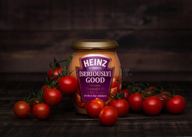LONDRES, REINO UNIDO - 24 DE JANEIRO DE 2018: Um frasco de vidro de Heinz Seriously Go fotos de stock royalty free