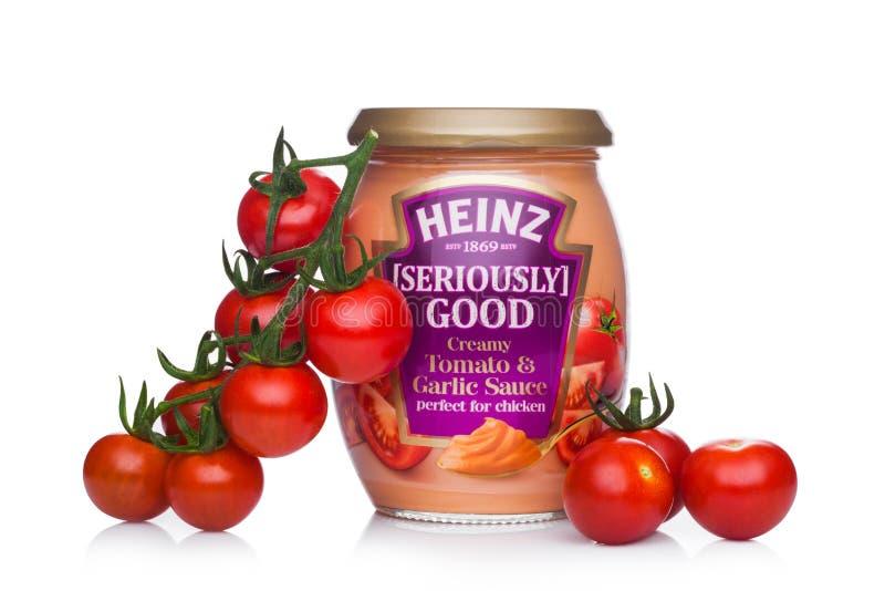 LONDRES, REINO UNIDO - 24 DE JANEIRO DE 2018: Um frasco de vidro de Heinz Seriously Go foto de stock