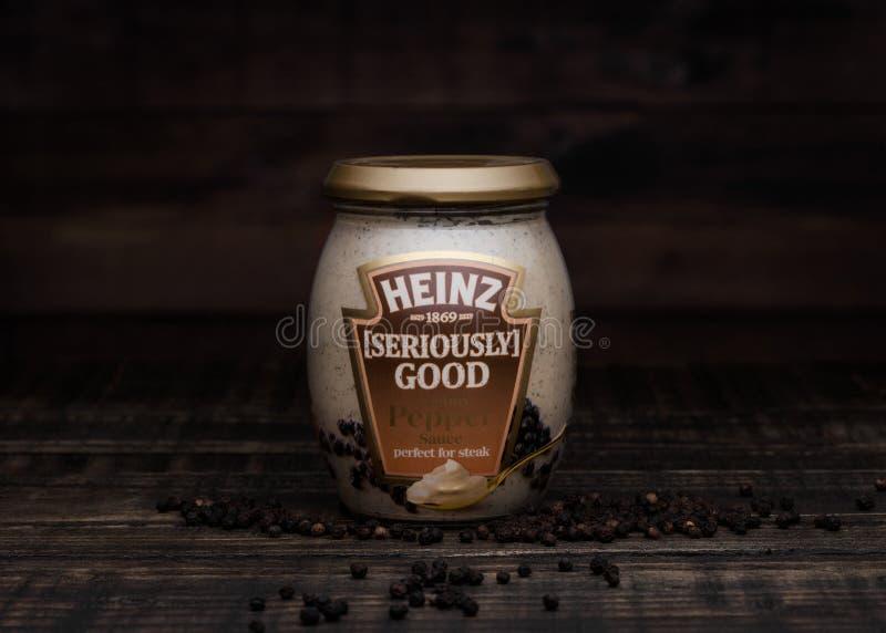 LONDRES, REINO UNIDO - 24 DE JANEIRO DE 2018: Um frasco de vidro de Heinz Seriously Go foto de stock royalty free
