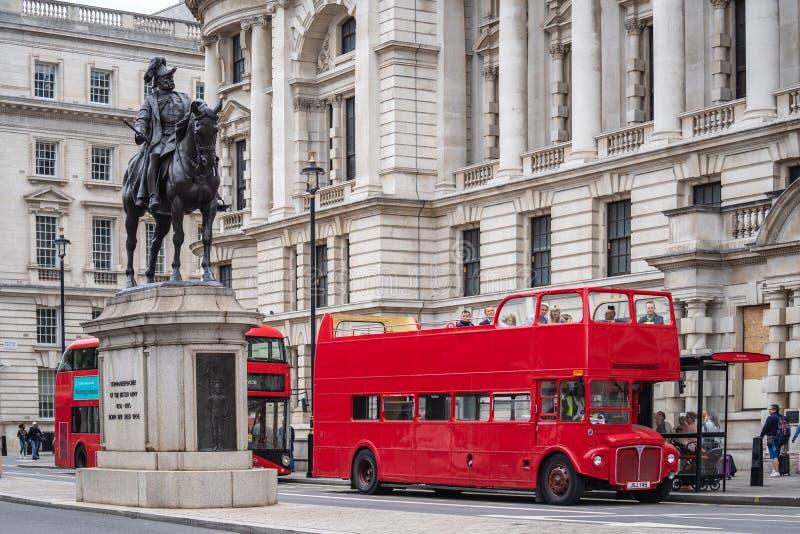 Londres, Reino Unido, 14 de julho de 2019 Barramento vermelho de dois andares Iconic imagem de stock
